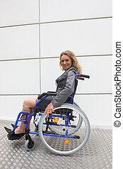 het glimlachen, businesswoman, in, een, wheelchair, op, een,...