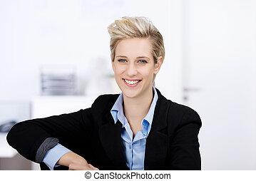het glimlachen, businesswoman, in, kantoor