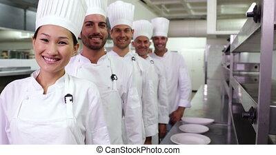 het glimlachen, chef-koks, staan in een lijn