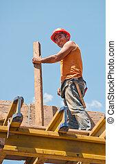 het glimlachen, de arbeider van de bouw, met, formwork, balk