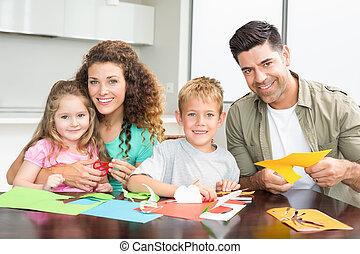 het glimlachen, gezin, doen, kunstnijjverheid, samen, aan tafel