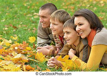 het glimlachen, gezin, relaxen