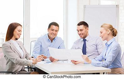 het glimlachen, handel team, hebben, discussie, in, kantoor