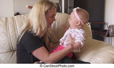 het glimlachen, hebben, meisje, baby, moeder, plezier, sofa