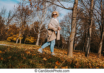 het glimlachen, herfst, park, mooie vrouw, springt