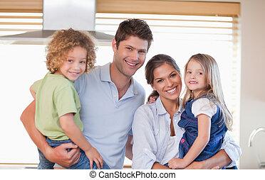 het glimlachen, het poseren, gezin