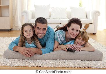 het glimlachen, huiskamer, gezin, vloer