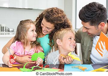 het glimlachen, jonge familie, doen, kunsten, en