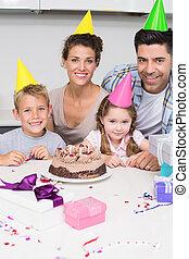 het glimlachen, jonge familie, vieren, een, jarig, samen