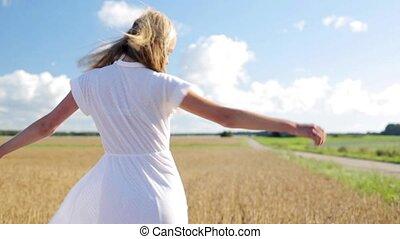 het glimlachen, jonge vrouw , in, witte kleding, op, graan, akker