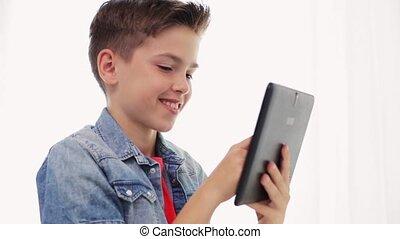 het glimlachen, jongen, met, tablet pc, computer, thuis