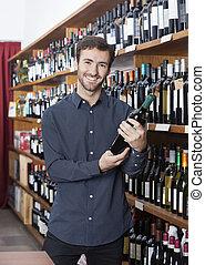 het glimlachen, klant, vasthouden, wijn fles, in, winkel