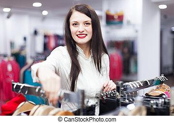 het glimlachen, koper, op, de opslag van de kleding