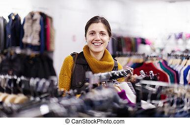 het glimlachen meisje, op, de opslag van de kleding