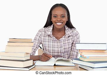 het glimlachen meisje, studerend