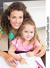 het glimlachen, moeder en dochter, het verkleuren, samen, aan tafel
