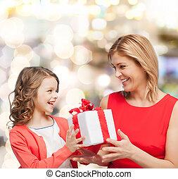 het glimlachen, moeder en dochter, met, giftdoos