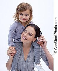 het glimlachen, moeder, geven, haar, dochter, ritje op de rug rit