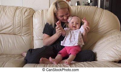 het glimlachen, moeder, vrolijke , handen, baby, klappen, haar