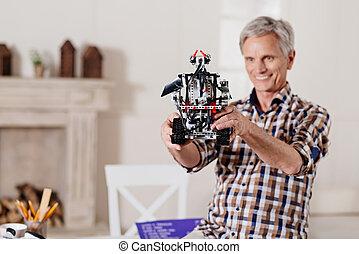 het glimlachen, opa, het onderzoeken, speelgoed robot