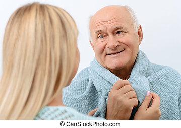 het glimlachen, oud, man, is, wezen, verpakte, in, blanket.