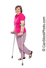 het glimlachen, oude vrouw, wandelende, met, krukken