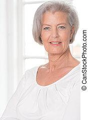 het glimlachen, oudere vrouw