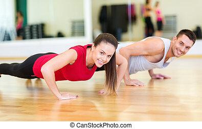 het glimlachen, paar, doende duw-op, in de gymnastiek