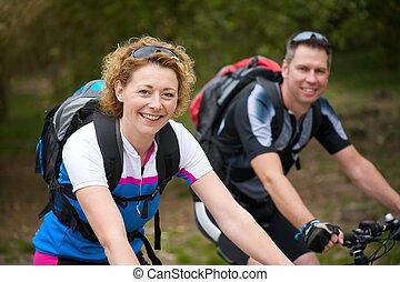het glimlachen, paar, het genieten van, een, fiets karen, buitenshuis