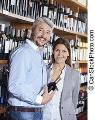 het glimlachen, paar, met, wijn fles, in, winkel