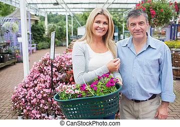 het glimlachen, paar, planten, aankoop