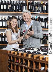 het glimlachen, paar, vasthouden, wijn bottelt, in, winkel