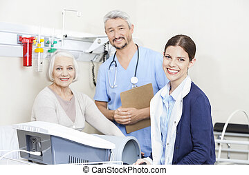het glimlachen, physiotherapists, en, vrouwlijk, patiënt, op, rehab, kliniek