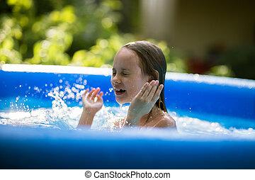 het glimlachen, schattige, zeven, jaren oud, meisje, spelend, en, hebbend plezier, in, inflatable, pool