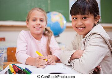 het glimlachen, schoolgirls, tekening, terwijl, kijken naar van het fototoestel