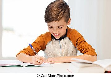 het glimlachen, student, jongen, schrijvende , om te, aantekenboekje, thuis