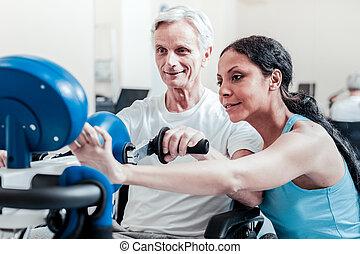 het glimlachen, trainer, vatting, een, opleiding, apparaat, voor, een, bejaarde
