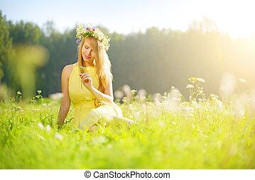 het glimlachen van het meisje, groene weide, relaxen