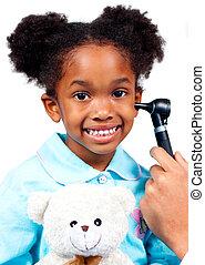 het glimlachen van weinig meisje, bij het wonen, medische controle, vasthouden, een, teddy beer, vrijstaand, op, een, witte achtergrond