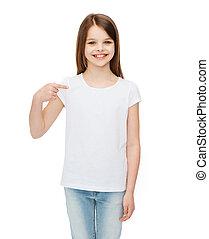 het glimlachen van weinig meisje, in, leeg, witte t-shirt