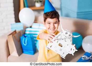 het glimlachen, verjaardag jongen, het tonen, zijn, witte , speelgoed robot