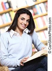het glimlachen, vrouwelijke student, met, boek, in, handen, in, een, boekhandel, -, model, kijken naar, camera.