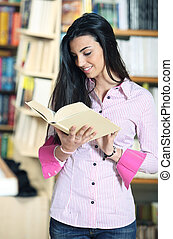 het glimlachen, vrouwelijke student, met, boek, in, handen, in, een, boekhandel