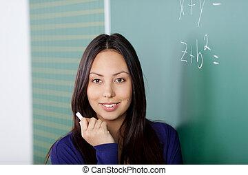 het glimlachen, vrouwelijke student, vasthouden, krijt, in, school