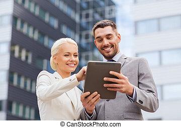 het glimlachen, zakenlieden, met, tablet pc, buitenshuis