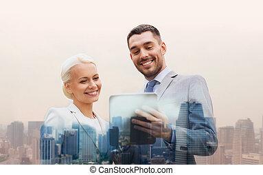 het glimlachen, zakenlieden, met, tablet pc, in, stad