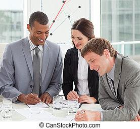 het glimlachen, zakenlui, op, een, bijeenkomst