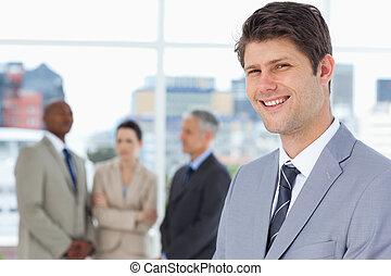 het glimlachen, zakenman status, overeind, met, zijn, team, tussen, hem