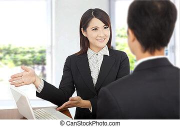 het glimlachen, zakenmens , het tonen, op, draagbare computer, en, het verklaren, een, plan, van, werken, om te, klant