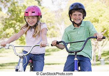 het glimlachen, zuster, bicycles, broer, buitenshuis